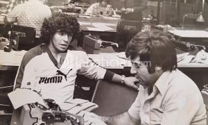 FOTO INÉDITA: Alberto Deán entrevistando a Maradona en la redacción del diario Crónica el 20 de octubre de 1976.