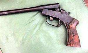Una de las armas secuestradas durante los allanamientos.