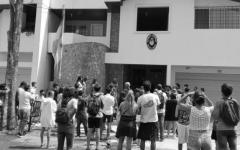 Un grupo de argentinos se manifestó frente al consulado.
