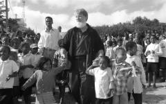 """En África lo llaman """"el albañil de Dios""""."""