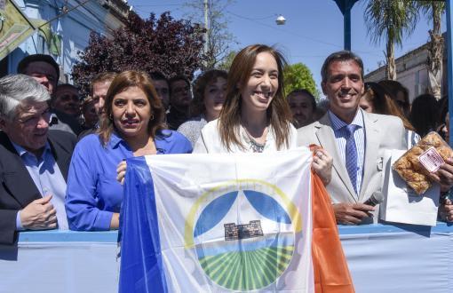 María Eugenia Vidal con el escudo de la ciudad.