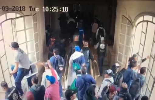 Los trabajadores del Astillero ingresaron por la fuerza este martes al Ministerio de Economía.