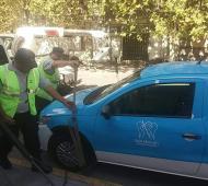 El momento en el que los inspectores municipales comienzan con el acarrea del vehículo oficial. Foto: Luis Espinola.