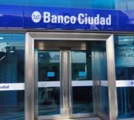 Los bancos sólo atenderán desde este viernes a jubilados y beneficiarios de planes que no tengan tarjeta de débito.