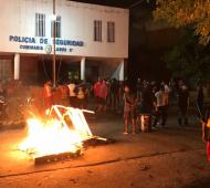Protesta de los vecinos en la comisaría donde alojaron a los detenidos tras la represión.