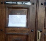 Mensaje en la puerta de la Iglesia San Roque contra el Padre Mauro. Foto: La Brújula 24.