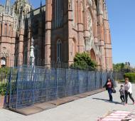 La Catedral de La Plata ya se encuentra vallada ante la inminente llegada de movimientos feministas.