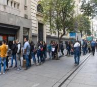Largas colas en el centro de la ciudad de Rosario para comprar dólares.