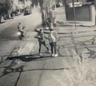 Captura del video en el momento del intento de asalto.