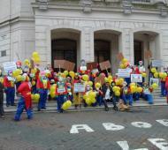 Vestidos de payasos, municipales protestaron contra la oferta salarial de Galli. Foto: El Popular