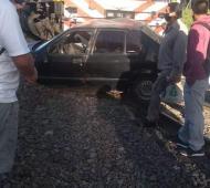 Se le quedó el auto atascado en las vías y lo terminó embistiendo un tren en San Isidro