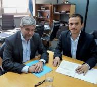 Delgado y Abella, al momento de estampar la firma. Foto: La Auténtica Defensa.