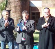 El Intendente Carossi entregó el escudo de la ciudad al Ministro, los acompaño Ricardo Casi jefe comunal de Colón.