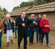 Santos (al centro), Bordoni (de anteojos) y otros funcionarios, durante la recorrida. Foto: Facebook Secretaría de Turismo Tornquist
