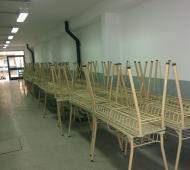 Sllas y mesas entregadas por el Ministerio de Educación.