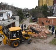 Tres de Febrero: El municipio demolió construcciones ilegales en una plaza tomada del Fuerte Apache