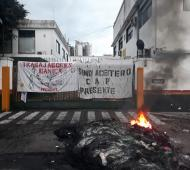 Fuerte reclamo de despedidos de la empresa exDánica. Foto: Lanoticia1.com