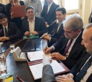 Aníbal Fernández firmó los acuerdos con los municipios.
