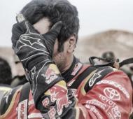 El qatarí Al-Attiyah se lamenta tras desertar en la cuarta etapa.