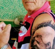 El hombre se tatuó la cara de Andreotti como un gesto de agradecimiento.