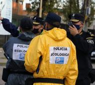 Con supervisión del Ministro de Seguridad Sergio Berni, agentes de la Policía Ecológica trabajan en el lugar.