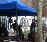 El acampe afuera de la papelera. Foto: Info Región.
