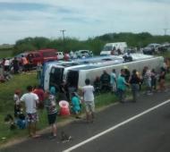 El colectivo quedó tumbado sobre el bulevar de la Autovía.