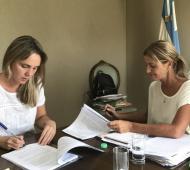 La presidenta de la Autoridad Matanza Riachuelo (ACUMAR) en la firma del convenio de la entrega de camiones junto a la intendente de Cañuelas.