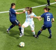 Banini, la número 10, entre jugadoras japonesas.