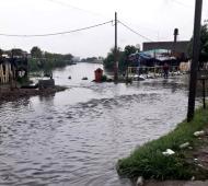 Un arroyo desbordado por la intensa lluvia del sábado en Quilmes.