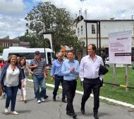 El astillero tiene nuevo titular. Es acompañado por el Ministro de Producción, Cista, y el intendete, Secco.