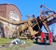 La caída de la grúa produjo daños materiales en el techo de uno de los talleres.
