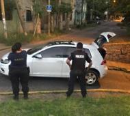 El auto de los asaltantes apareció a metros del lugar.