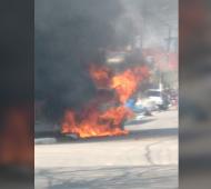 Roban y balean a policía de la Ciudad en Ciudad Evita: El auto incendiado