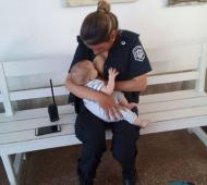 Tuvo un accidente y una policía dio de amamantar a su hijo en el hospital