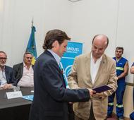 El intendente Méndez entrega el presidente de AySA el acta de entendimiento. Foto: Prensa AySA