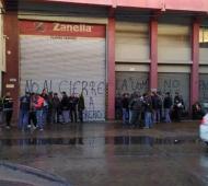 Los trabajadores agrupados en la puerta de la Plata de 3 de Febrero