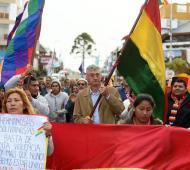 El intendente sostuvo una whipala, la bandera indígena.
