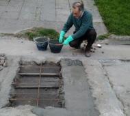 En Mar del Plata un jubilado arregló baches en su cuadra.