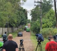Los medios de comunicación se agruparon esperando novedades mientras la Policia revisa la boca de tormenta
