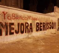 Las pintadas aparecieron en las calles de Berisso.
