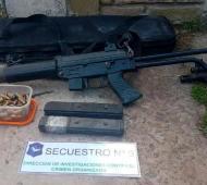 Florencio Varela: Cayó pareja que hacía delivery de armas de guerra que pueden disparar más de mil veces por minuto