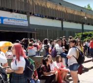 Estudiantes en la puerta del establecimiento