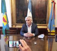 El intendente de Adolfo Gonzales Chaves Marcelo Santillán confirmó un caso positivo de coronavirus de un vecino de ese distrito.