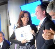 La Presidenta recibió una placa de la empresa. Foto: Télam.