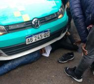Un vendedor se tiró frente a un auto municipal para evitar el decomiso de su mercadería. Resultó herido.