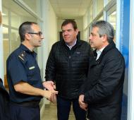 Montenegro y Martínez dialogan con un efectivo policial, en Pergamino. Foto: Prensa Cambiemos