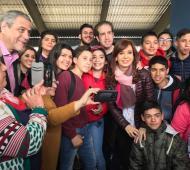 Cristina Fernández de Kirchner estuvo con jóvenes en Avellaneda. Foto: Twitter