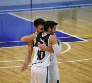 Amigo se abraza con Harina tras el ascenso en Zárate. Foto: La Noticia 1.