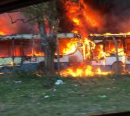 Se incendiaron colectivos de Expreso Lomas, la empresa que está en conflicto y redujo el servicio